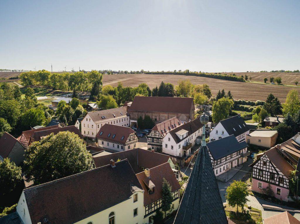 MGH-Burtschuetz-201809-Luftbild-Hof-mit-Scheune-und-Kirchturm