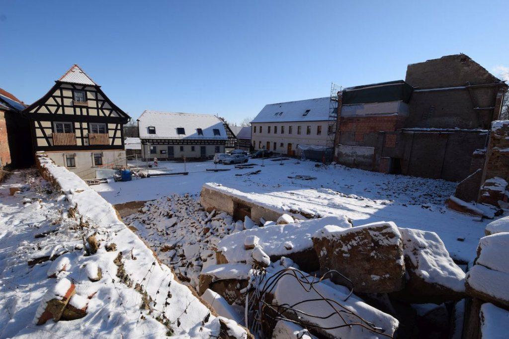 Baugrube im Winter mit Hofansicht